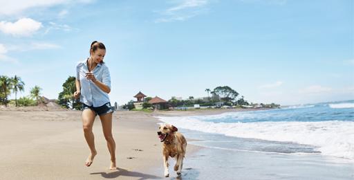 Mujer-corriendo-en-la-playa-con-perro